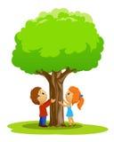 Karikaturplatz mit Jungen und Mädchen berührte Baum Lizenzfreies Stockfoto