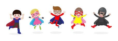 Karikatursatz Kindersuperhelden, die Comicskost?me tragen Kinder in den Superheldkost?mcharakteren lokalisiert auf wei?em Hinterg vektor abbildung