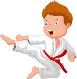 Karikaturtrainingskarate des kleinen Jungen Lizenzfreie Stockfotos