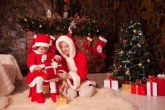 Karikaturvektorabbildung; Eine Abbildung eines Paares, mit einem Weihnachtsbaum im Hintergrund; Die vektordatei ist- im Format AI Stockfotografie