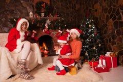 Karikaturvektorabbildung; Eine Abbildung eines Paares, mit einem Weihnachtsbaum im Hintergrund; Die vektordatei ist- im Format AI Stockfotos