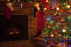 Karikaturvektorabbildung; Eine Abbildung eines Paares, mit einem Weihnachtsbaum im Hintergrund; Die vektordatei ist- im Format AI Lizenzfreies Stockfoto
