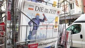 karikatyr av Donald Trump och texttrumf anfaller Tyskland arkivfilmer