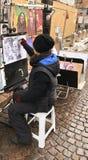Karikatyrer för gatakonstnärporträttmålare av folk royaltyfri bild