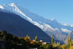 从Karimabad,巴基斯坦的喀喇昆仑范围 免版税库存照片