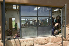 Karimba szkoła z dziecko w wieku szkolnym macha kamera w sala lekcyjnej w Północnym Kenja, Afryka Zdjęcie Stock