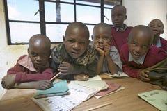 Karimba szkoła z dziecko w wieku szkolnym patrzeje w kamerę w sala lekcyjnej w Północnym Kenja, Afryka Zdjęcia Royalty Free