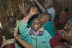 Karimba szkoła z dziecko w wieku szkolnym podnosi ich ręki w sala lekcyjnej w Północnym Kenja, Afryka Obraz Royalty Free