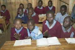 Karimba szkoła z dziecko w wieku szkolnym przy ich biurkiem w sala lekcyjnej w Północnym Kenja, Afryka Zdjęcie Royalty Free