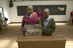 Karimba szkoła z dziecko w wieku szkolnym w sala lekcyjnej pokazuje podręcznika w Północnym Kenja, Afryka Obraz Royalty Free