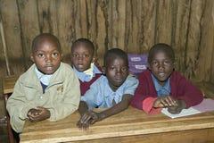 Karimba szkoła z dziecko w wieku szkolnym w sala lekcyjnej w Północnym Kenja, Afryka Obrazy Stock