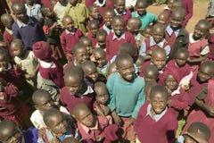 Karimba szkoła z uśmiechniętymi dziecko w wieku szkolnym w Północnym Kenja, Afryka Obraz Royalty Free
