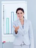 karismatisk geende presentation för affärskvinna royaltyfri foto