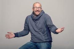 Karismatisk man som rycker på axlarna hans skuldror Fotografering för Bildbyråer