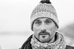 Karismatisk mellersta åldrig man i vinterkläder arkivfoton