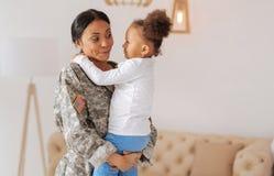 Karismatisk nätt kvinna som berättar hennes dotter något Royaltyfri Fotografi