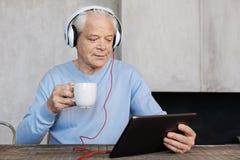 Karismatisk stilig gentleman som tycker om filmer i morgonen Arkivfoton
