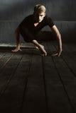 Karismatisk ung dansare som utför i studion Royaltyfri Fotografi
