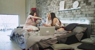 Karismatiska le damer har ett hem- parti, i ett modernt sovrum dricker de champagnejubel och att krama sig lager videofilmer