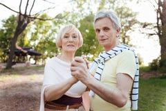 Karismatiska pensionärer som dansar i parkera Royaltyfria Foton
