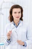 Karismatiska tandläkare assistent arkivbild
