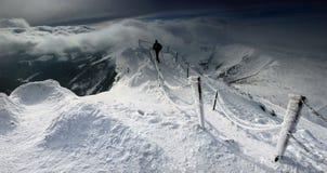 从Karkonosze山的冬天全景, Sniezka山。 免版税库存照片