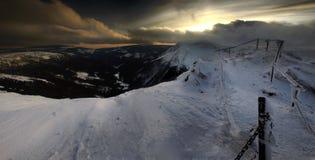 从Karkonosze山的冬天全景, Sniezka山。 库存照片