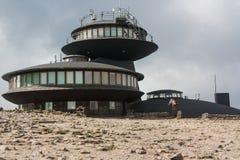 Karkonosze山的气象观测所 免版税库存照片