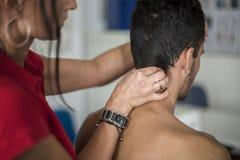 Karkowy ból leczący physiotherapist zdjęcie stock