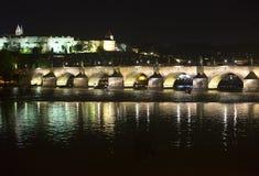 Karl Bridge alla notte, Praga, repubblica Ceca fotografia stock libera da diritti