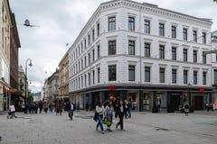 Karl Johans-de poort is de hoofdstraat van de stad van Oslo, Noorwegen Stock Foto