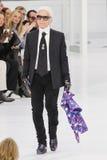 Karl Lagerfeld går landningsbanan under den Chanel showen royaltyfria bilder