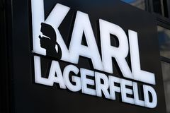 Karl Lagerfeld tecken royaltyfri foto