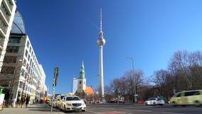 Karl Liebknecht Strasse naar Berliner Fernsehturm-Televisietoren, Berlijn, Duitsland stock video