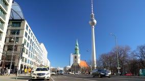 Karl Liebknecht Strasse naar Berliner Fernsehturm-Televisietoren, Berlijn, Duitsland stock footage