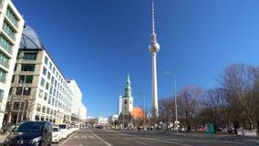 Karl Liebknecht Strasse naar Berliner Fernsehturm-Televisietoren, Berlijn, Duitsland stock videobeelden