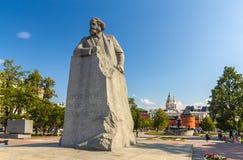 Karl Marx-standbeeld op Revolutievierkant in Moskou stock afbeelding