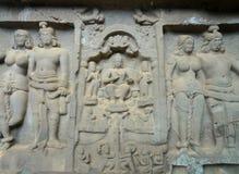 Karla Jaskiniowy Chaityagriha, Sanctum Sanctorum, Budha rzeźba flankująca innymi bóstwami w Frontowym Veran Zdjęcia Stock