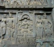 Karla Jaskiniowy Chaityagriha, Sanctum Sanctorum, Budha rzeźba flankująca innymi bóstwami w Frontowym Veran Obraz Stock