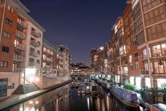 Karlavagnen över den Birmingham kanalen på natten Arkivfoto