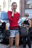 Karlie Kloss, das ihr Mobiltelefon in Manhattan New York City betrachtet lizenzfreie stockbilder