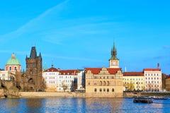 Karlov mest - Charles Bridge i Prague Arkivbild