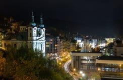 Karlovy在夜间光变化 免版税库存照片