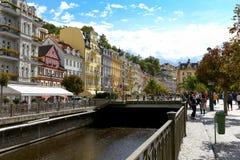 Karlovy меняет и таунхаус рекой Стоковые Фото