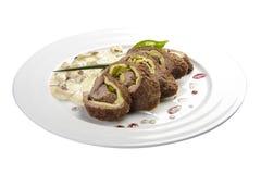 Karlovy меняет крен Крен говядины заполненный с беконом, ветчиной, взбитыми яйцами и замаринованными огурцами стоковая фотография rf