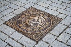 Karlovy меняет, чехия, крышка сточной трубы металла стоковая фотография rf