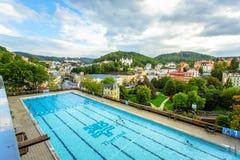 Karlovy меняет, чехия - 13-ое сентября 2013: Внешний список избирателей заплывания в термальной гостинице Стоковое Изображение