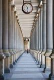 время колоннады karlovy проходя меняет стоковые изображения