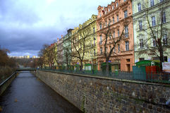 Karlovy colorido varía edificios Fotos de archivo
