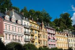 Karlovy unterscheiden sich Haus-Fassaden lizenzfreie stockfotografie